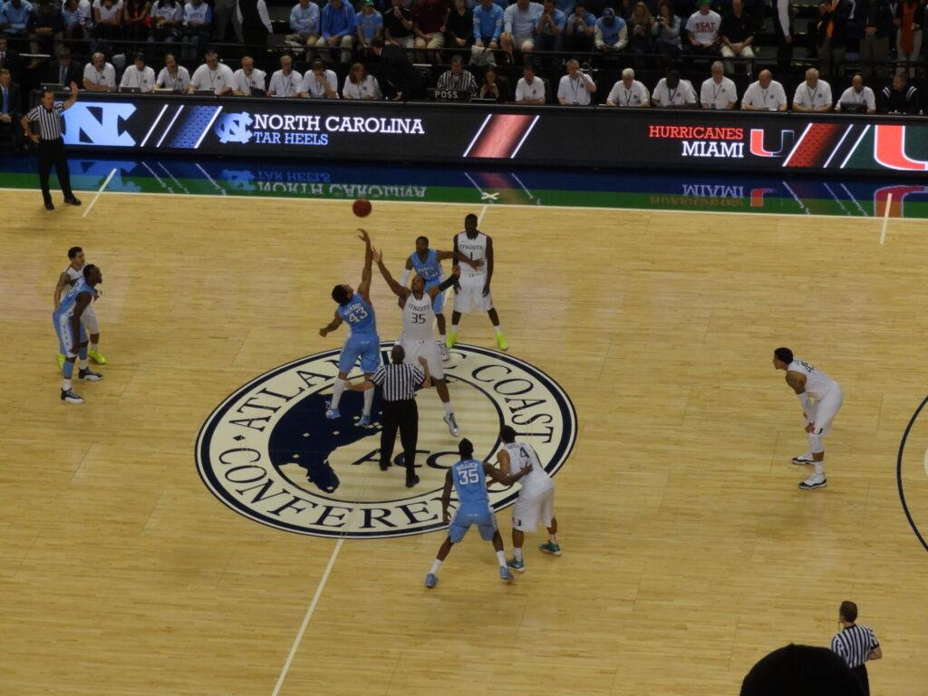 ジェームズ・マイケル・マカドゥ マイアミ大学戦のジャンプボール